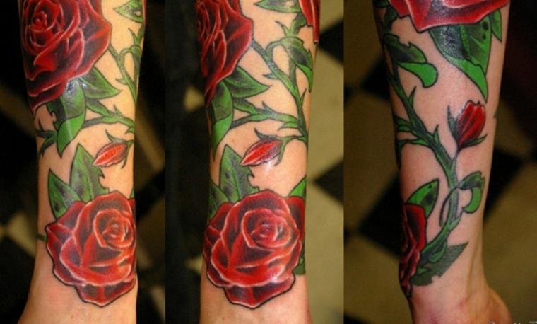 Tatuaggio bracciale, il braccio di un uomo con un tattoo grande old school con una rosa rossa