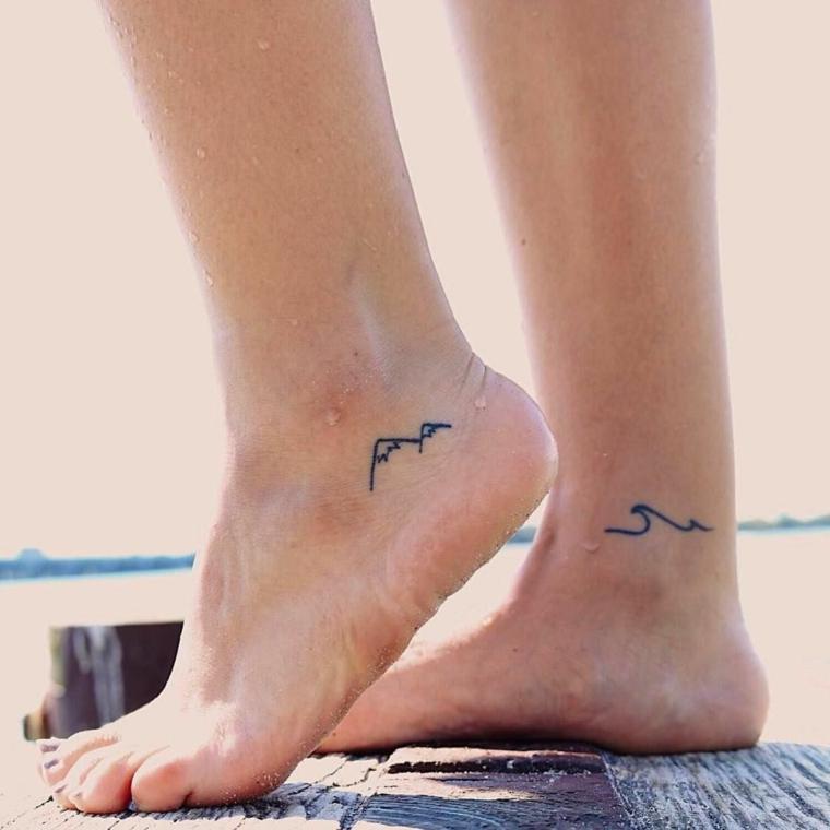 Tatuaggi piccoli significativi, tattoo sulle caviglie con disegni di una montagna e onda del mare