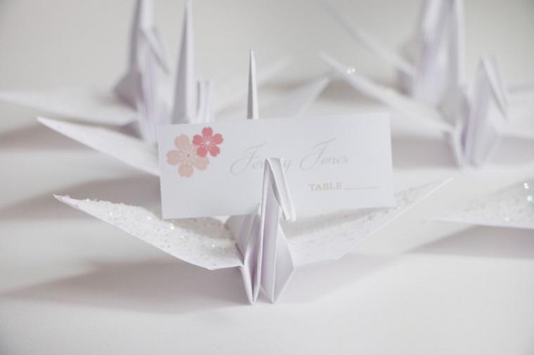 Segnaposto fai da te con un biglietto e origami cigno con glitter