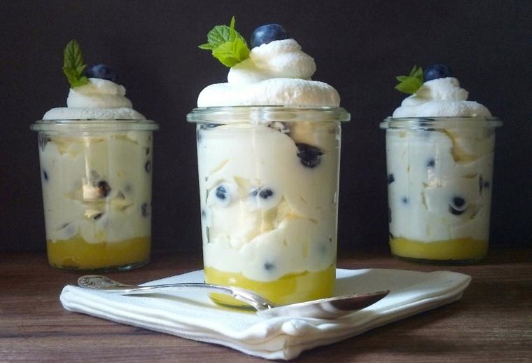 Idea per dolci velocissimi al cucchiaio con panna montata e mousse di limone con mirtilli