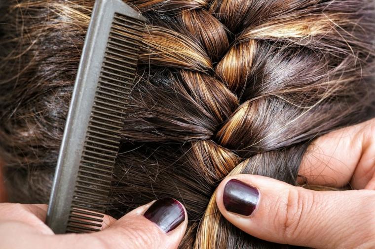 Tutorial per realizzare una treccia francese per dei capelli lunghi di colore castano con riflessi