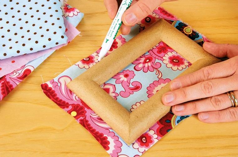 Come realizzare cornici fai da te con un rivestimento di stoffa colorata