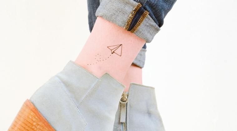 Tatuaggi con significato, disegno di un aquilone piccolo sulla caviglia di una donna