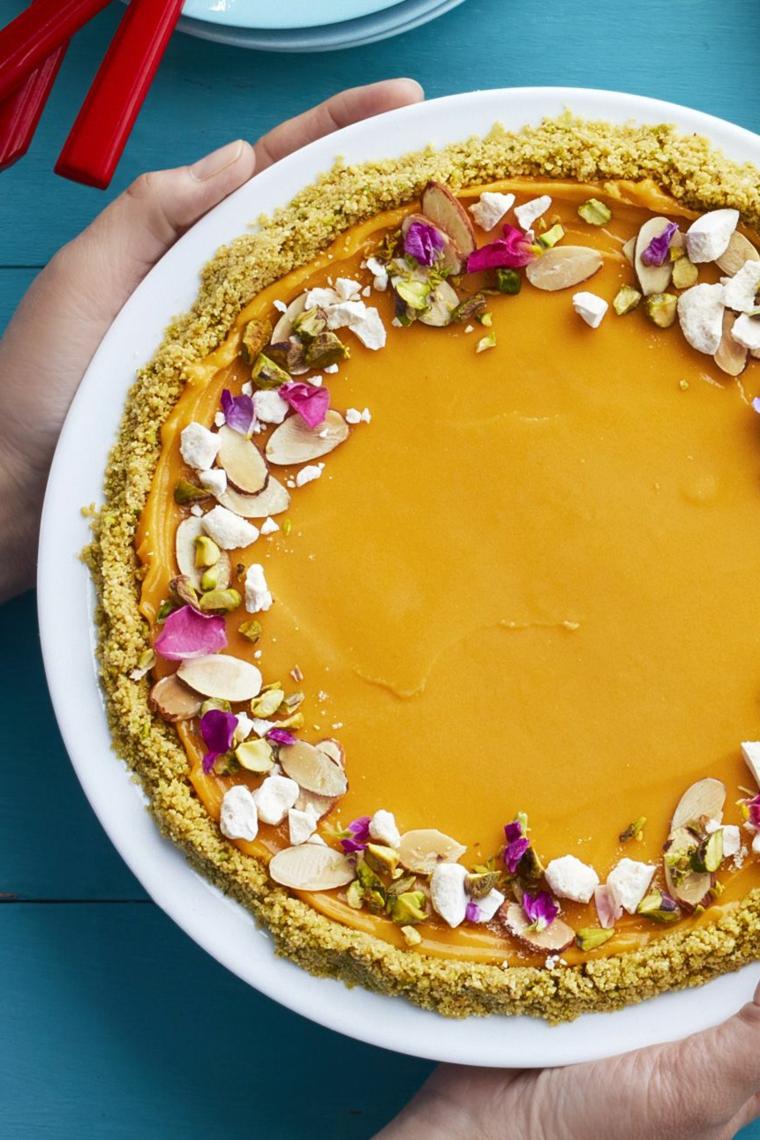 Torte fredde e un'idea con base di biscotti sbriciolati e decorazione con mandorle