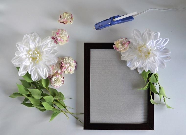 Cornici per foto fai da te di legno e un mazzo di fiori finti da incollare con la pistola colla a caldo