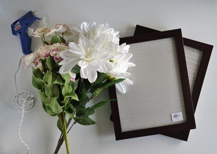 Portafoto in legno di colore nero, fiori finti da incollare con la pistola a caldo