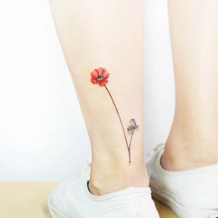 Tatuaggi sul polpaccio di una donna, tattoo colorato di un fiore e uno più piccolo