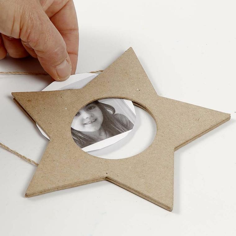 Come realizzare cornici fai da te a forma di stelle con un filo di canapa per attaccarle alla parete