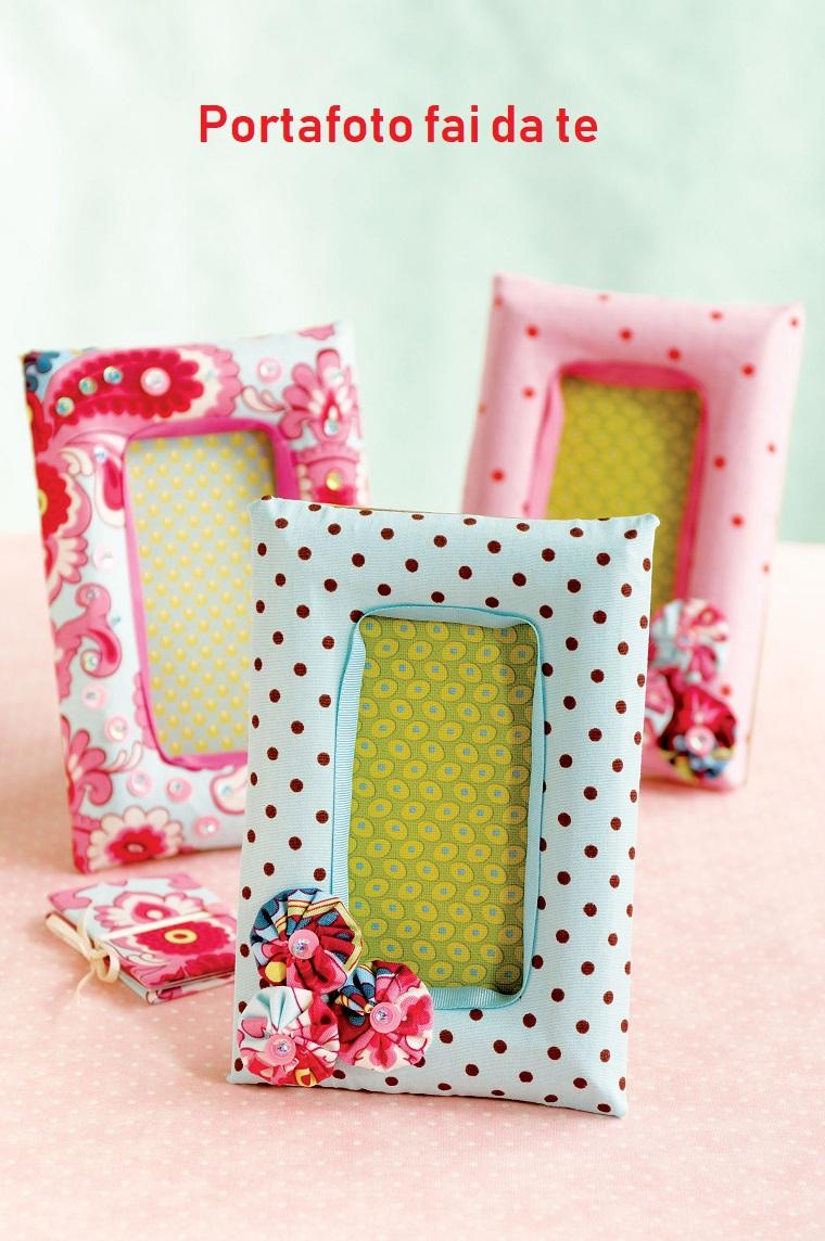 Portafoto in legno rivestita con della stoffa colorata e decorata