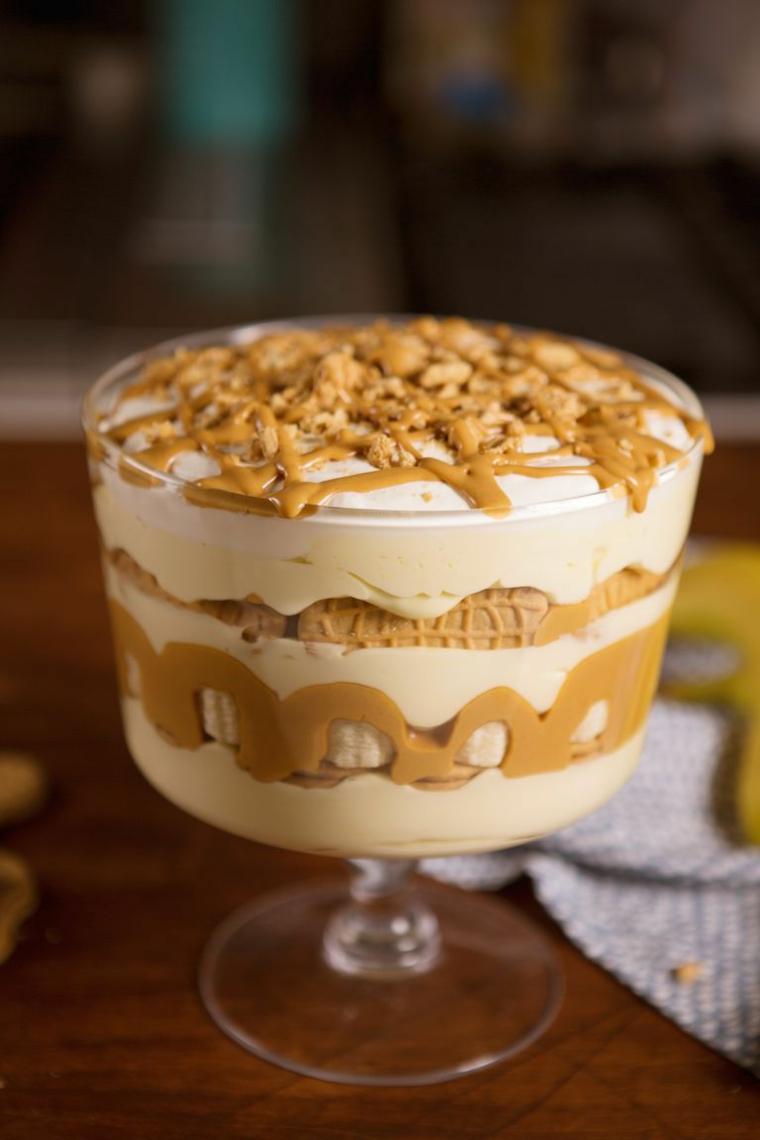 Dolce con biscotti secchi e panna montata in una coppa, decorazione con caramello