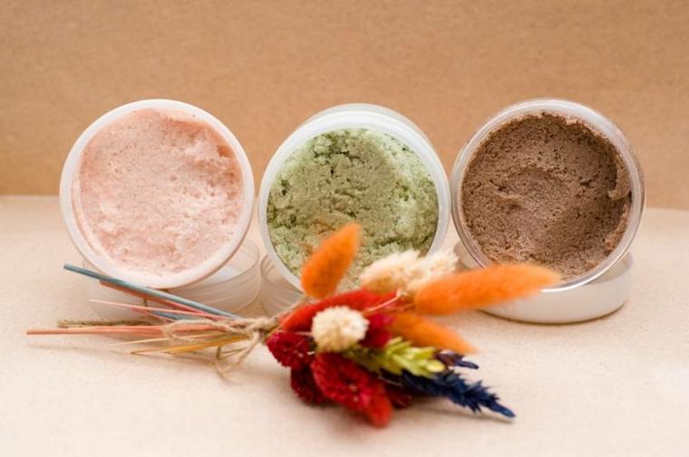 Tre scrub per la pelle con diversi ingredienti conservati in barattoli