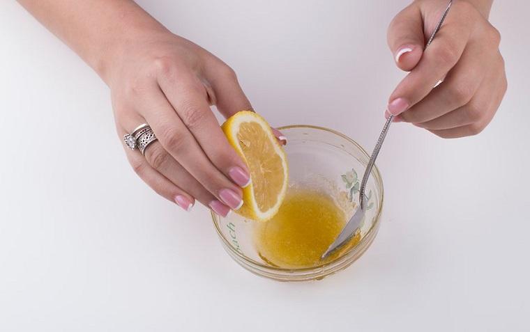 Gommage viso con una miscela a base di miele e zucchero, aggiunta del succo di mezzo limone