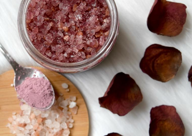 Come fare lo scrub a base di sale grosso e olio essenziale di rosa