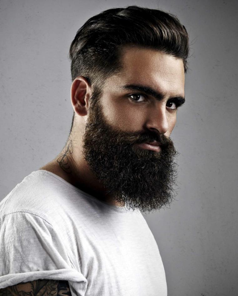Un uomo vestito casual con acconciatura pompadour rasati di lato e barba lunghissima