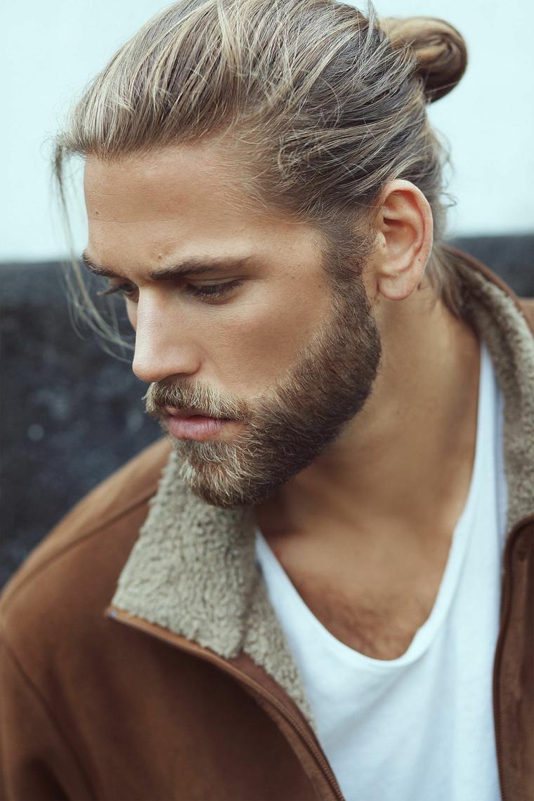 Barba uomo bionda e tagliata corta, ragazzo con capelli lunghi legati indietro a chignon