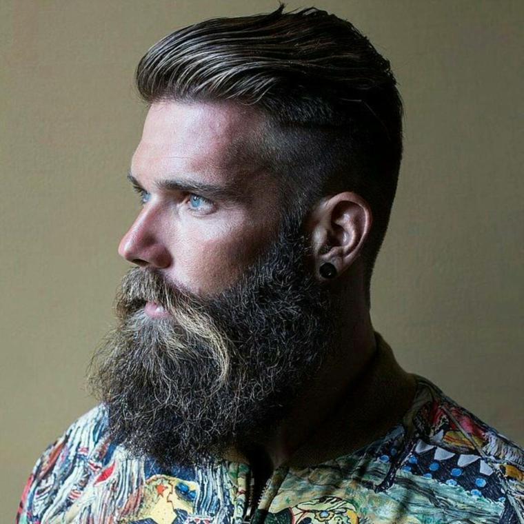 Come regolare la barba, uomo con baffetti lunghi e acconciatura rasato di lato