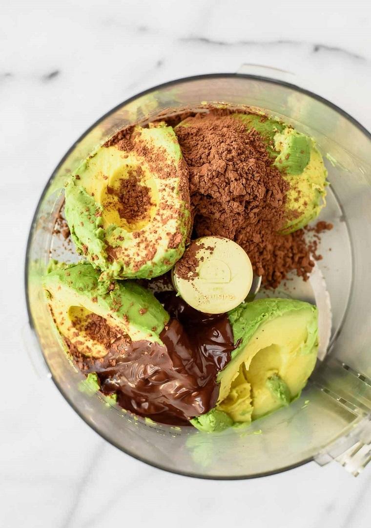Robot da cucina con avocado, cioccolato sciolto e cacao per dei dolcetti veloci