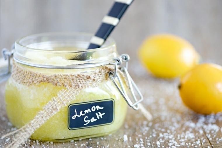 Scrub alla frutta e sale, barattolo di vetro con chiusura ermetica e limoni