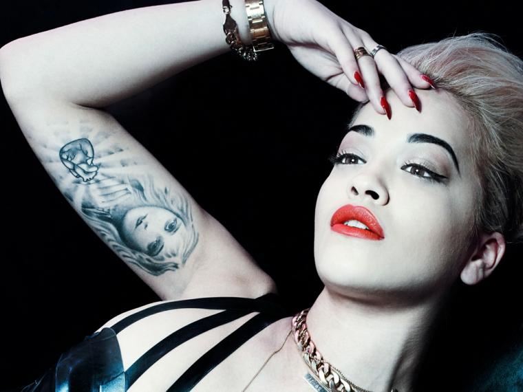 Idee per dei tatuaggi significati profondi, il tatto di una donna sul bicipite di Rita Ora