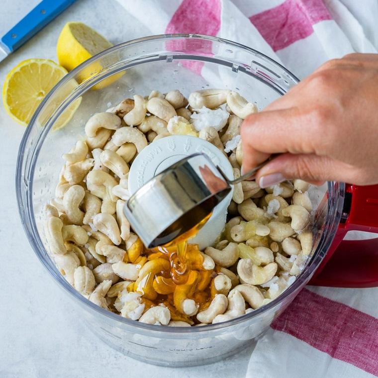 Tanti anacardi con miele in un robot da cucina, ricetta per dei dolci freddi veloci