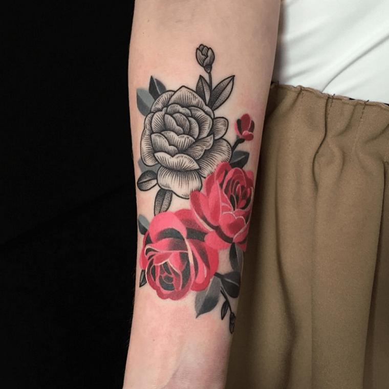 Tatuaggio bracciale, rose di colore grigio e rosso sull'avambraccio di una donna