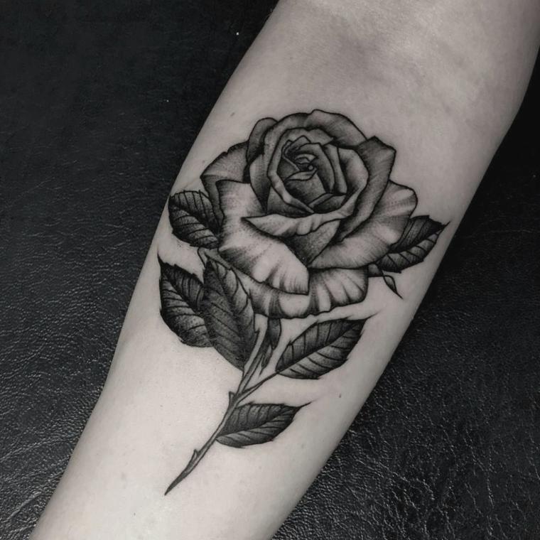 Immagine bianco e nera con il disegno di una rosa con leggere sfumature sull'avambraccio