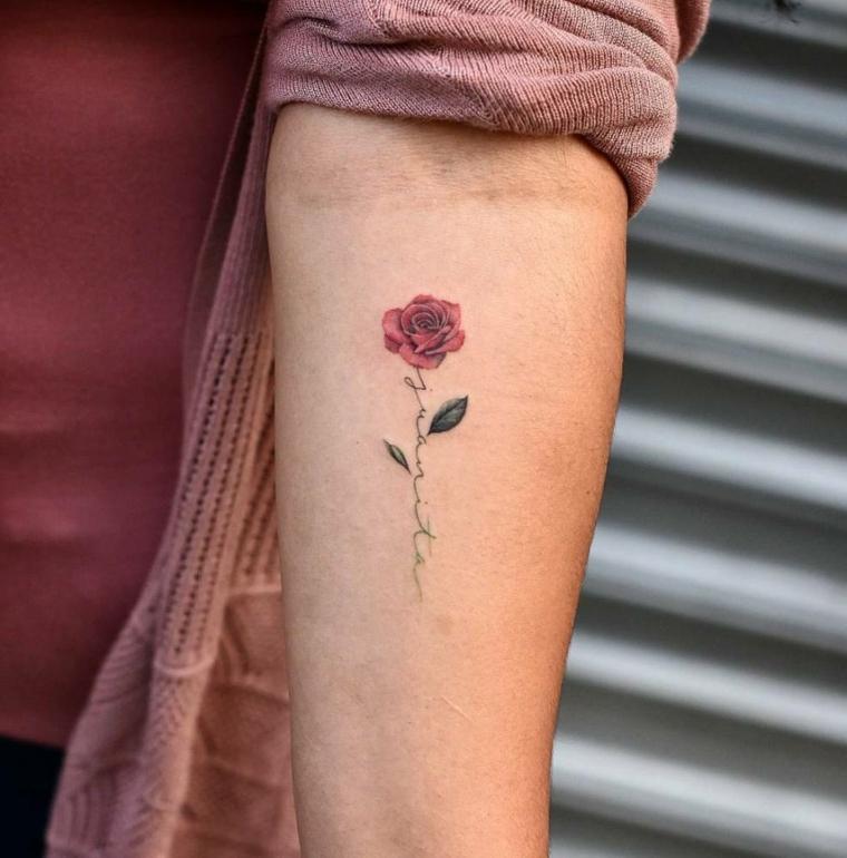 Idee per dei tatuaggi scritte braccio, piccola rosa rossa con due foglie verdi sull'avambraccio