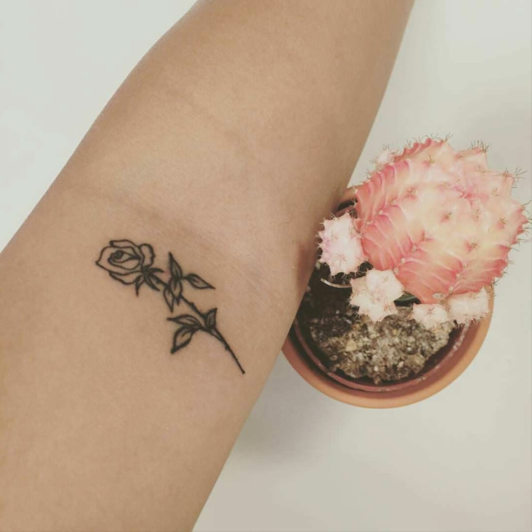 Tattoo scritte braccio, un piccolo tatuaggio femminile con una rosa sull'avambraccio