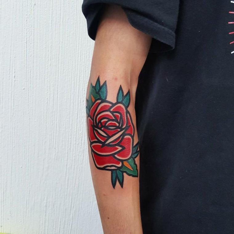 Tattoo colorato con bordi spessi di una rosa rossa con foglie verdi, tattoo avambraccio di un uomo