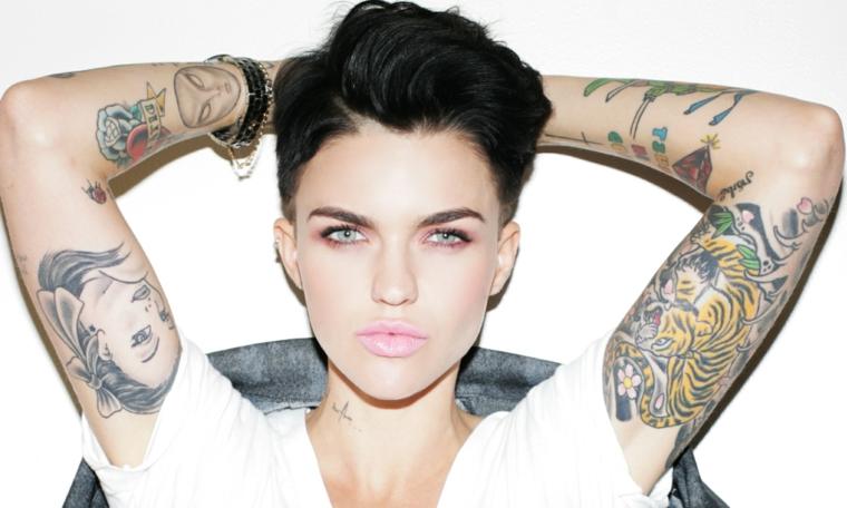 Idee per dei tatuaggi avambraccio di Ruby Rose, tattoo colorati su tutte e due le braccia