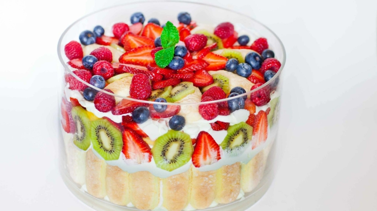 Coppa con savoiardi e mascarpone, dolci veloci e facili con frutti di bosco e kiwi