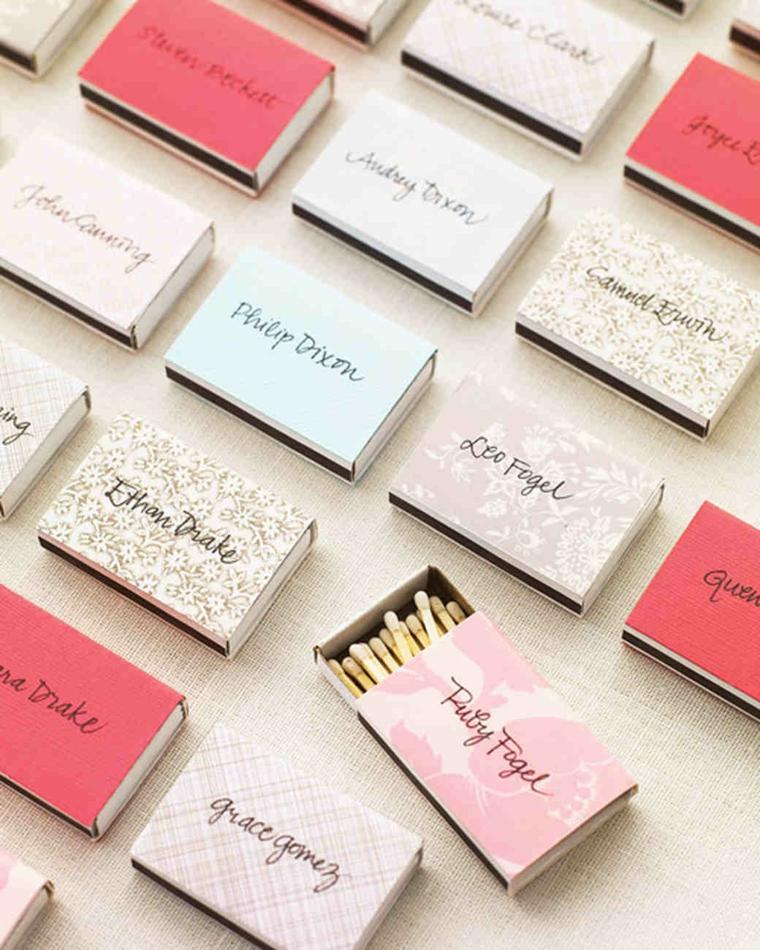 Segnaposto fai da te matrimonio con delle scatole di fiammiferi colorate e con nomi degli invitati