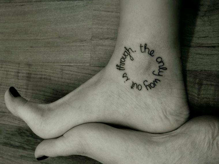 Tatuaggi caviglia di una donna, tattoo scritta di colore nero in inglese