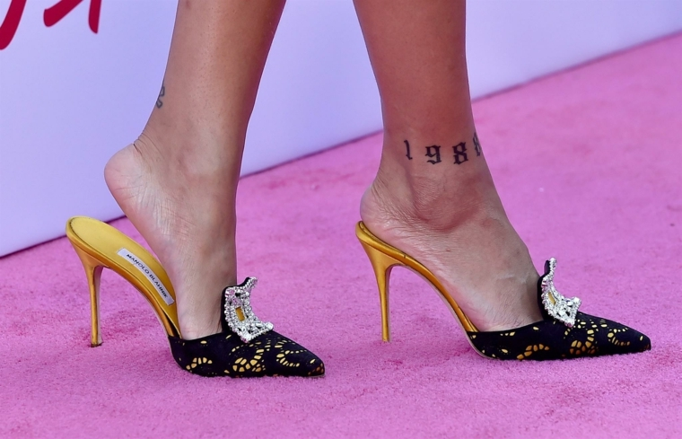 Tattoo caviglia con una data, donna con scarpe eleganti e tacco alto