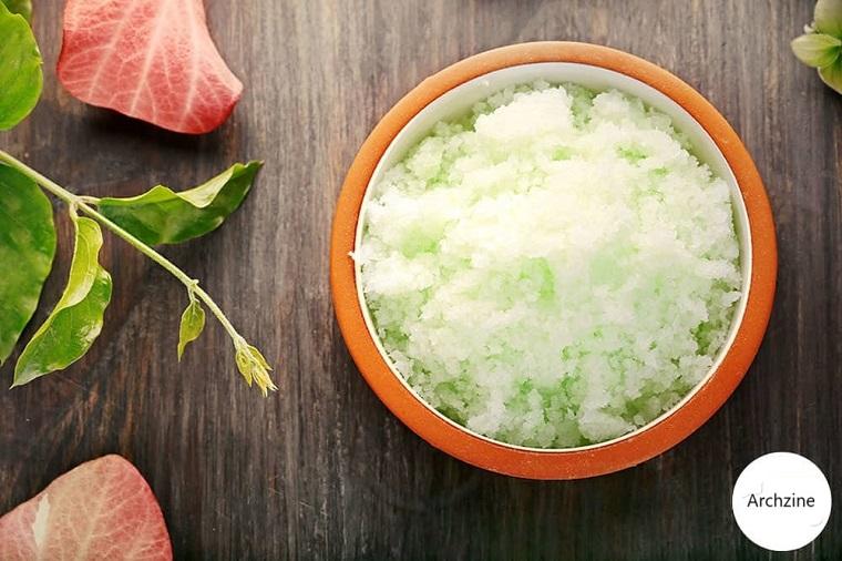 Idea per uno scrub viso pelle grassa in ciotola a base di zucchero e olio essenziale di eucalipto