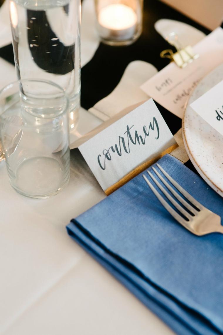 Candele segnaposto con dei bigliettini con il nome stampato, tavolo apparecchiato per un matrimonio