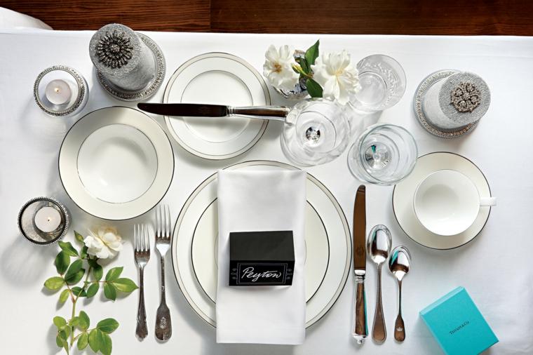 Tavolo apparecchiato e un segnaposto elegante con bigliettino per un matrimonio