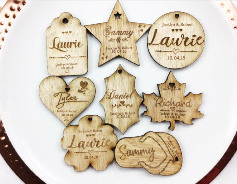 Idee segnaposto matrimonio con dei pezzettini di legno e i nomi degli invitati incisi