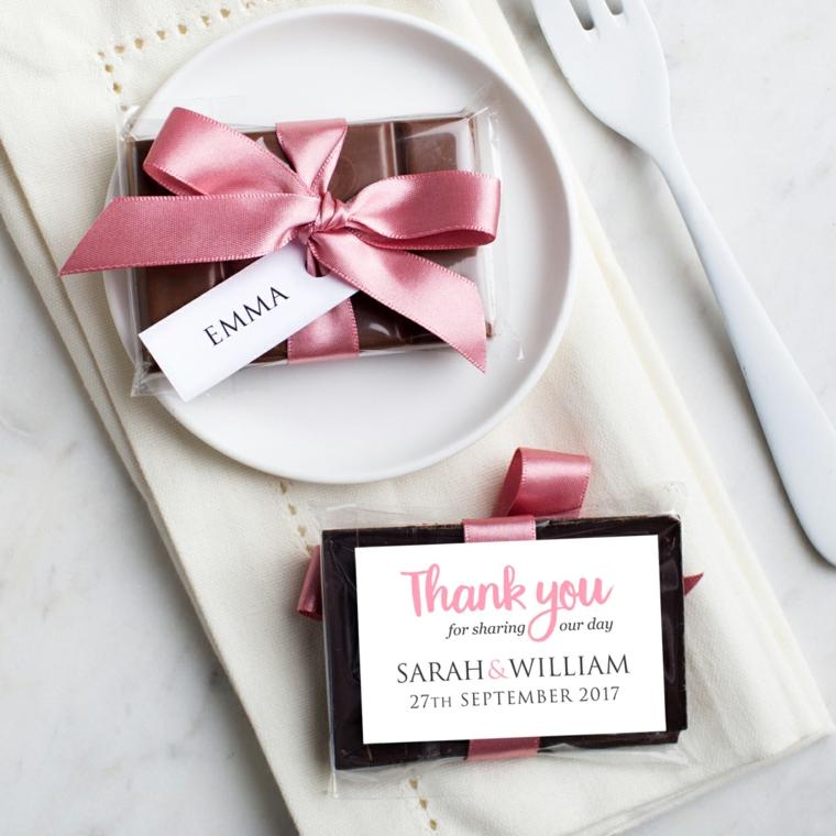 Idea per dei segnaposto originali con una barretta di cioccolato e bigliettino con scritta