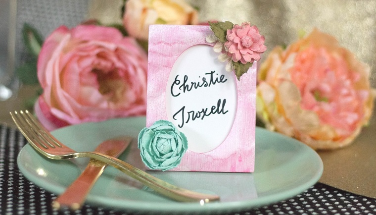 Idee per dei segnaposto economici, cartolina con il nome dell'invitato e decorata con fiori finti