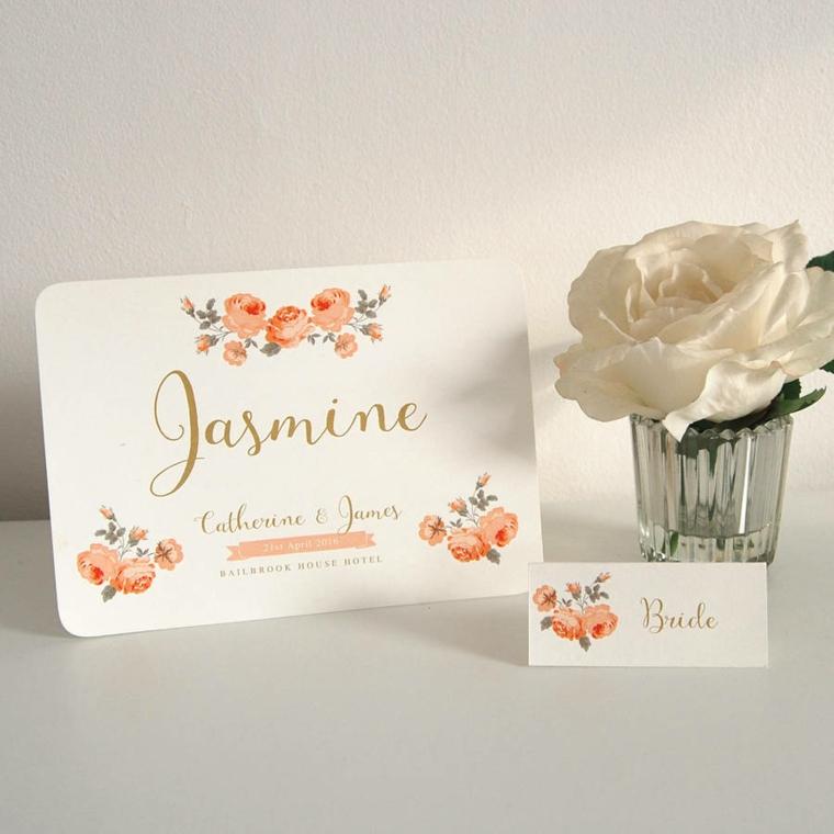 Elegante cartolina segnaposto per un matrimonio, bicchiere di vetro con una rosa bianca