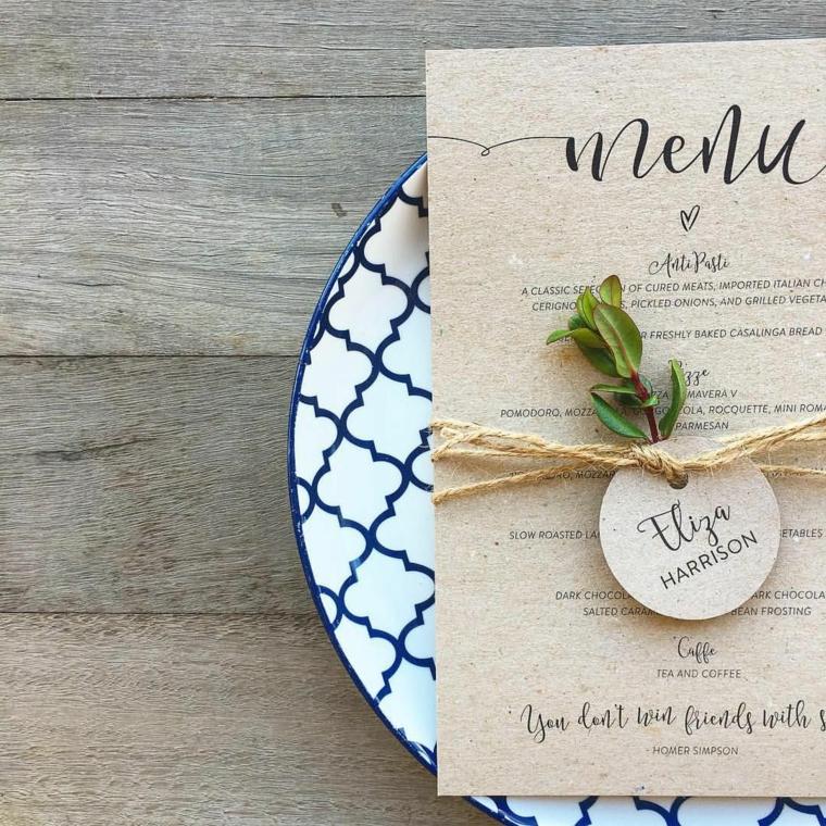 Foglio con il menu per un matrimonio legato con fil di canapa e bigliettino con un nome