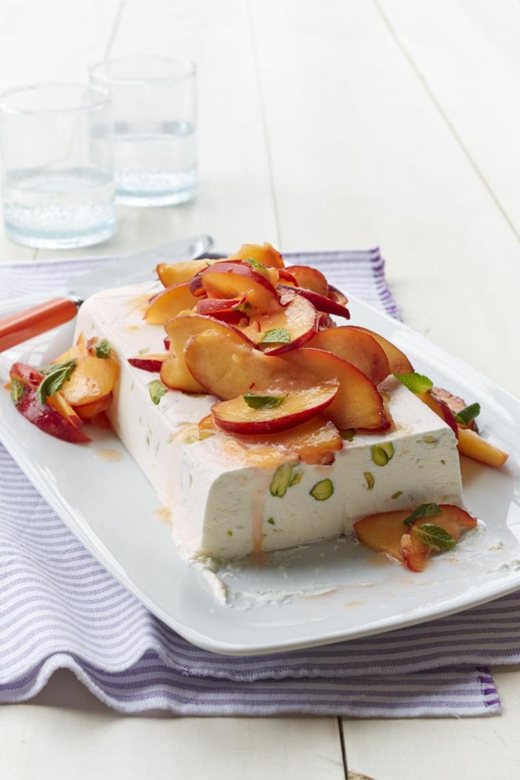 Idea per dei dolci semplici e veloci, un semifreddo con pistacchi e pesce a fette sciroppate