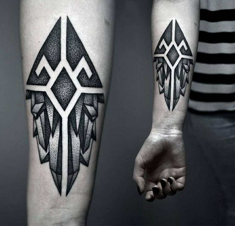 Un tatuaggio grande sulla mano di una donna con simboli e forme geometriche