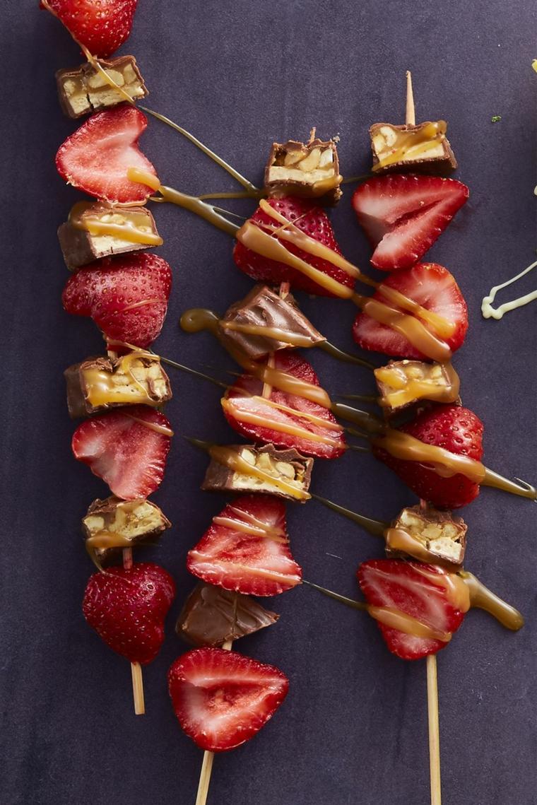 Idea per dei dolci veloci senza forno, spiedini di fragole con caramello