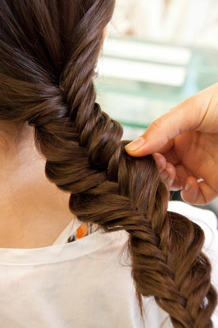 Come fare le trecce a spiga per dei capelli lunghi di colore castano
