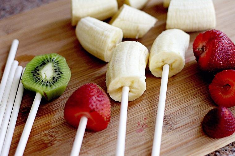 Frutta su bastoncini, dolci velocissimi con banana, kiwi e fragole