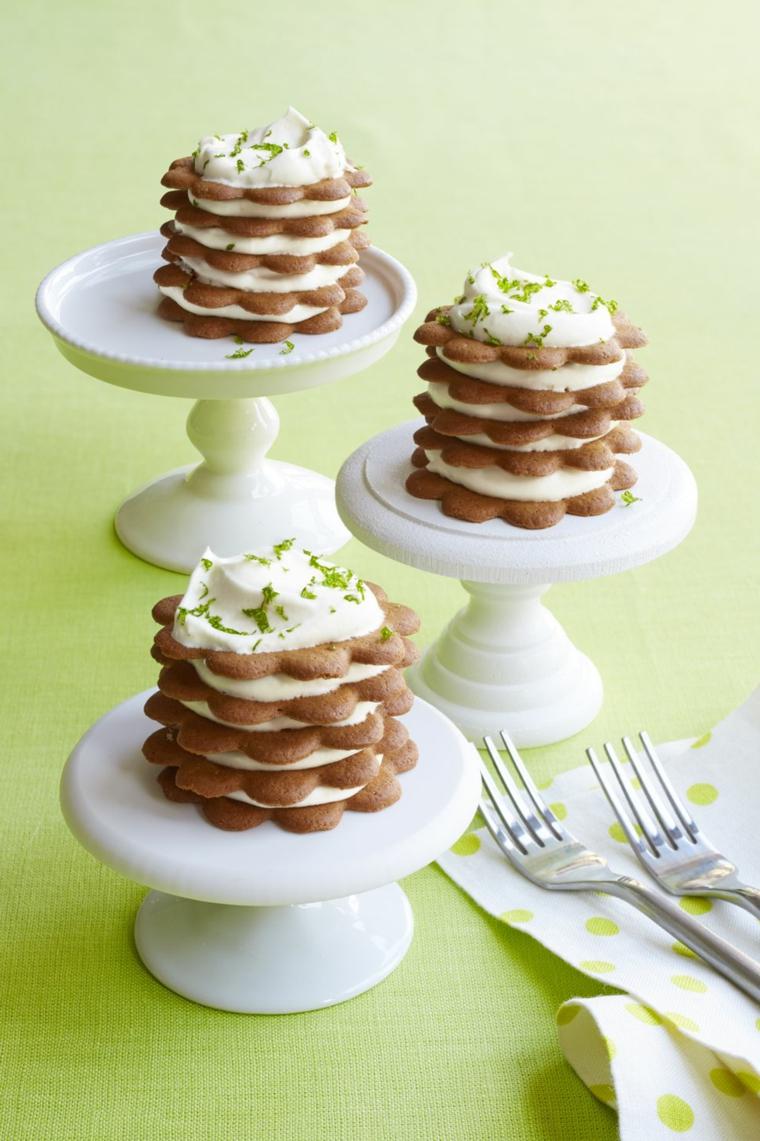 Dolci freddi veloci, biscotti a forma di fiore con strati di panna montata e scaglie di lime