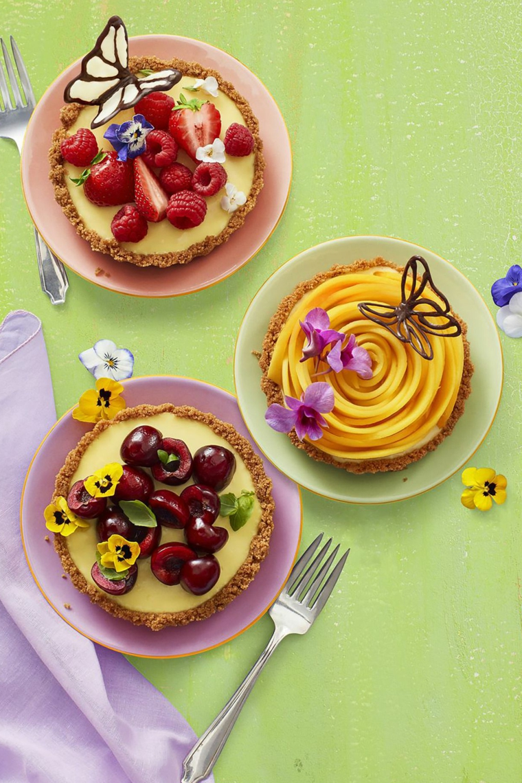 Ricette per un dolce con biscotti secchi e decorazione con frutta e crema pasticcera