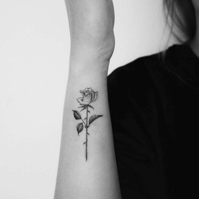 Un'idea per dei tatuaggi significati profondi con un disegno bianco e nero di una rosa con le spine